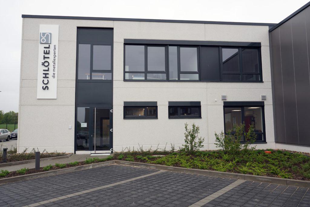 Das Bürogebäude direkt neben der Werkstatt.