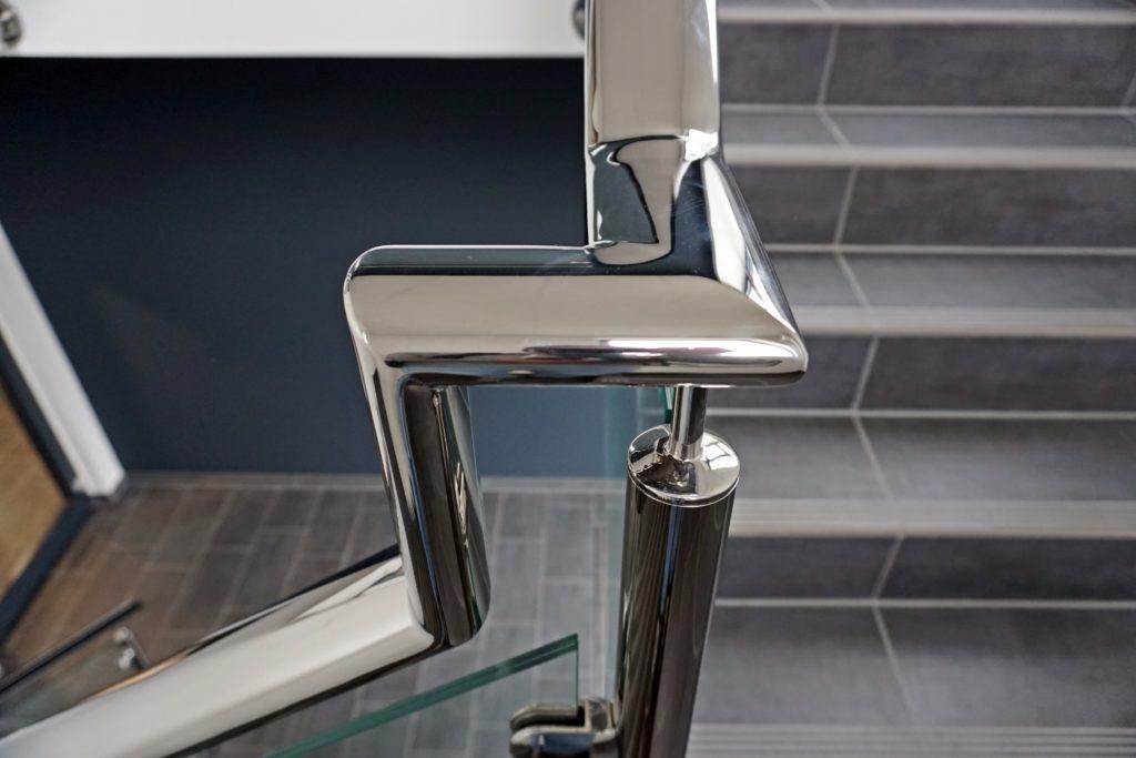Das Geländer im Treppenhaus der MEOS GmbH ist eine Eigenproduktion und wurde als Ganzes eingebaut.