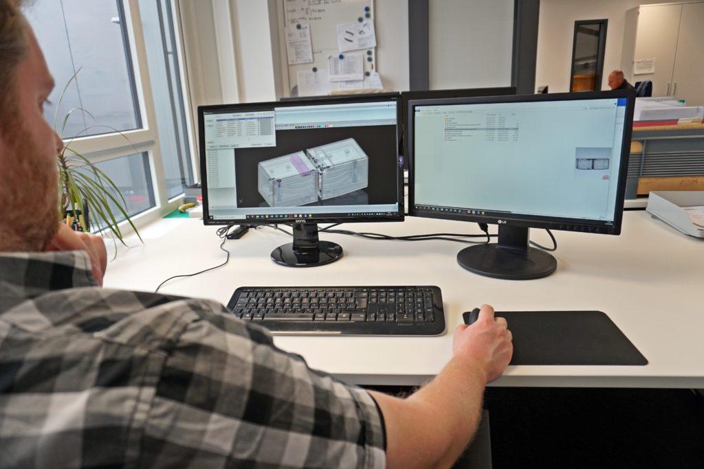 Das Konstruktionsteam modelliert mit CAD die Teile für die Produktion.